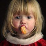 weihnachtskind-mit-orange